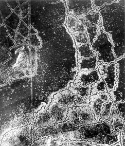 Luchtfoto van loopgravenstelsel bij Loos, nabij Vimy Ridge, in de zomer van 1917. Links de Briste stelingen, rechts de Duitse. Foto: Wikipedia