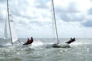 TweeDart18's op volle zee